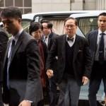 香港前特首曾荫权戴手铐坐囚车前往收押所