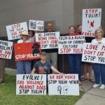 休斯敦民众在中领馆前游行 要求取缔玉林狗肉节