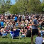周末公园爆满,加拿大人把保持距离抛在了脑后