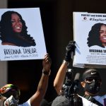 美国城市向被警察错误射杀的黑人女子的家人支付1200万美元