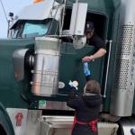 慈善组织为辛苦工作的货柜车司机提供热饭